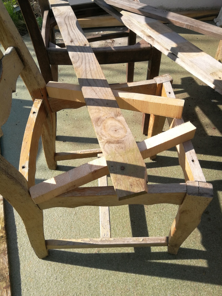 Man kann die Höhe mit weiteren Holzstücken ausgleichen...